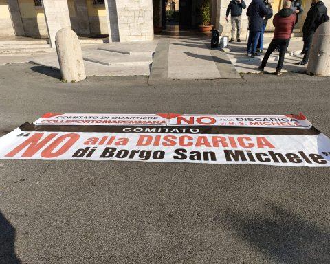Lo striscione del Comitato di quartiere che oggi ha manifestato di fronte al Comune di Latina contro il sito Plasmon