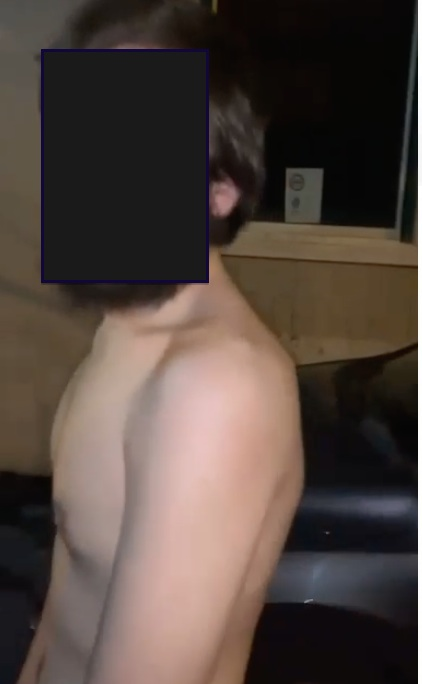 Giovane costretto a camminare nudo