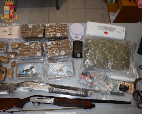 Il materiale sequestrato dalla Polizia al 46enne di Fondi