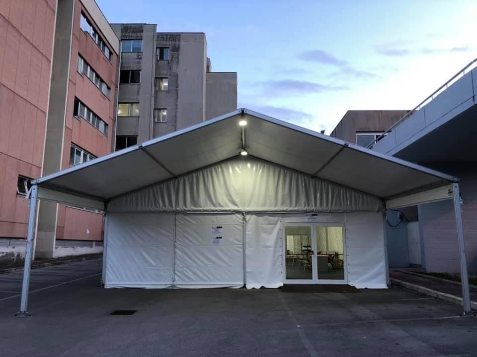 La tensostruttura che ospita il centro vaccinale presso il San Giovanni di Dio a Fondi