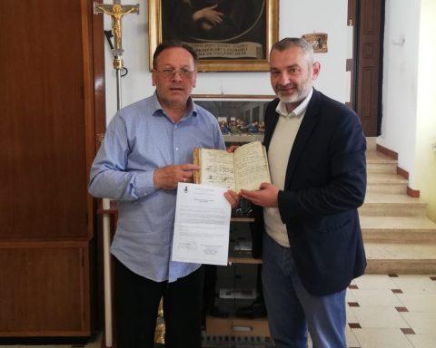 don Angelo e il sindaco di Cori con il Liber Baptizatorum2