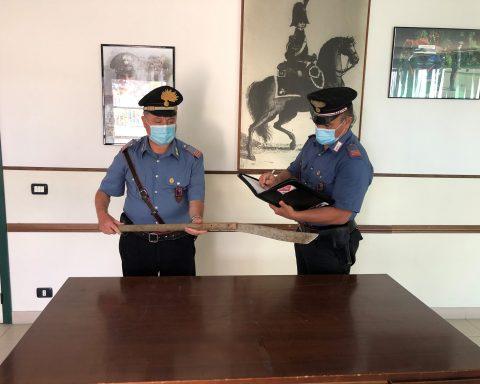 Carabinieri del Comando Stazione di Terracina con uno degli oggetti atto ad offendere sequestrati all'uomo