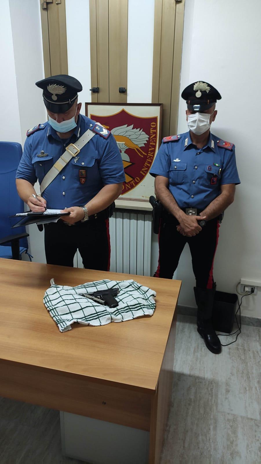 Carabinieri del Nucleo Operativo e Radiomobile di Latina con l'arma sequestrata