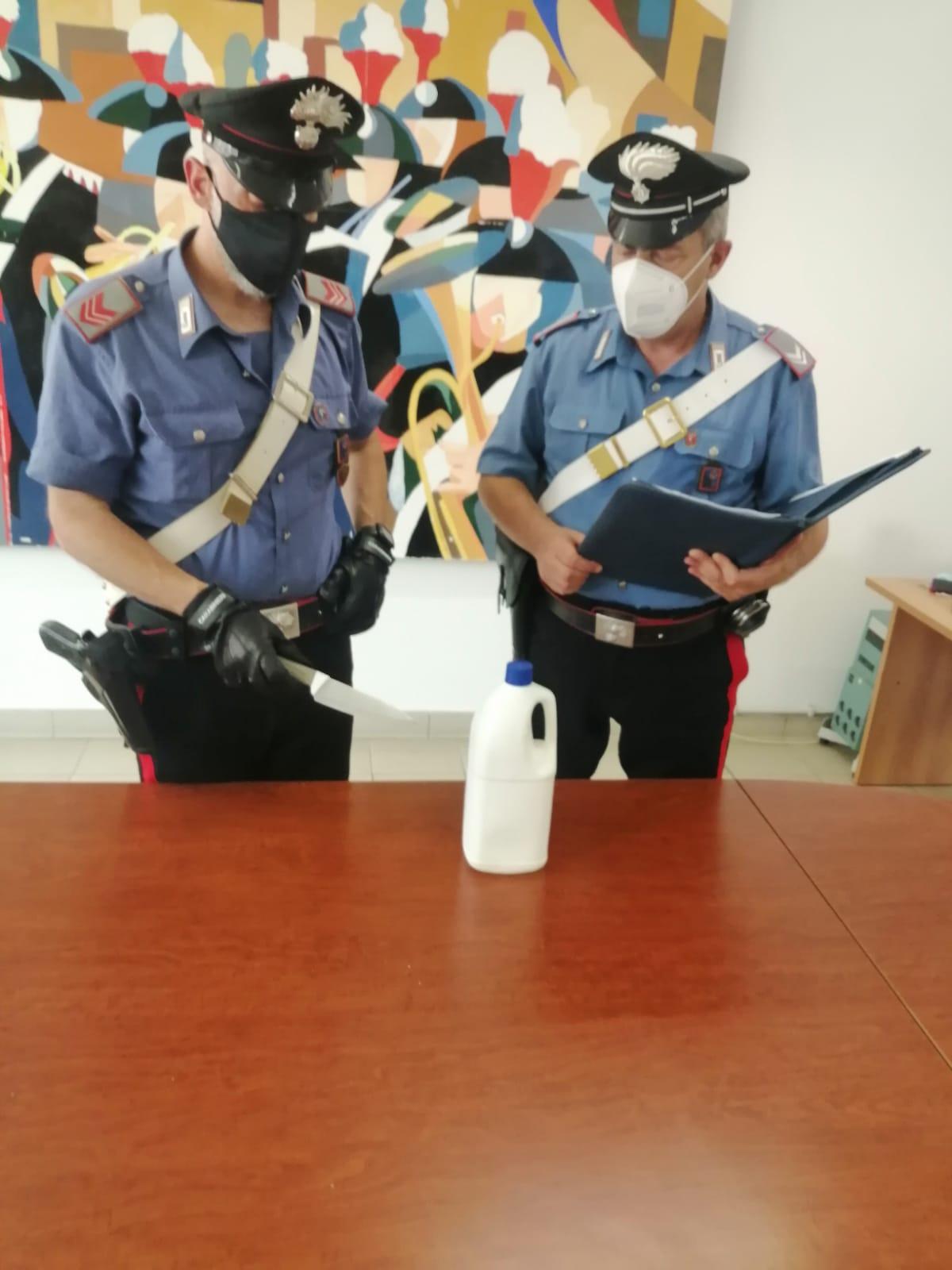 L'arma e la tanica sequestrate dai carabinieri di aprilia