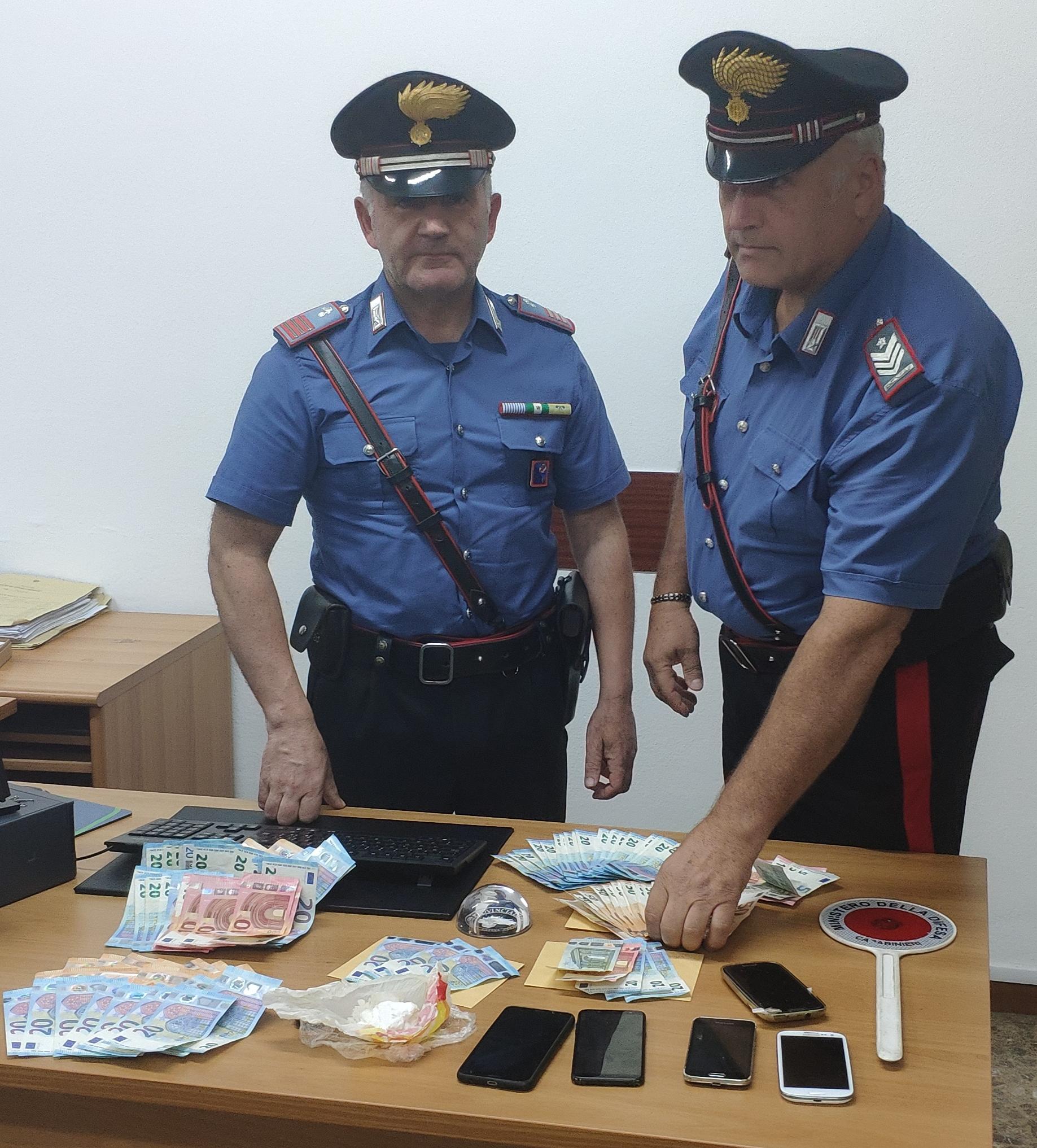 Stupefacenti, contanti e materiale sequestrato