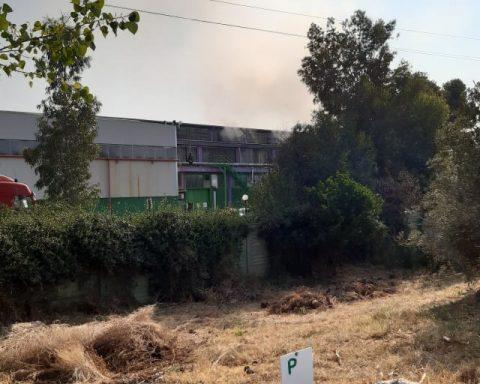 L'impianto della Sep a Pontinia ancora fumante (foto scattata alle ore 10 del 23 agosto 2021)