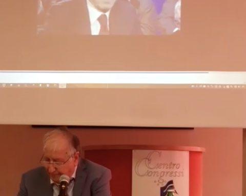 """Un momento della conferenza stampa dell'ex vice Sindaco Galardo il quale ci ha tenuto a mostrare una battuta di un'intervista concessa dal candidato di centrodestra Vincenzo Zaccheo. Durante una puntata della trasmissione di approfondimento giornalistico """"Monitor, in onda su Lazio Tv, Zaccheo disse che con quelli che l'avevano sfiduciato nel 2010 non avrebbe più costituito alleanze: """"Mica sono matto"""""""